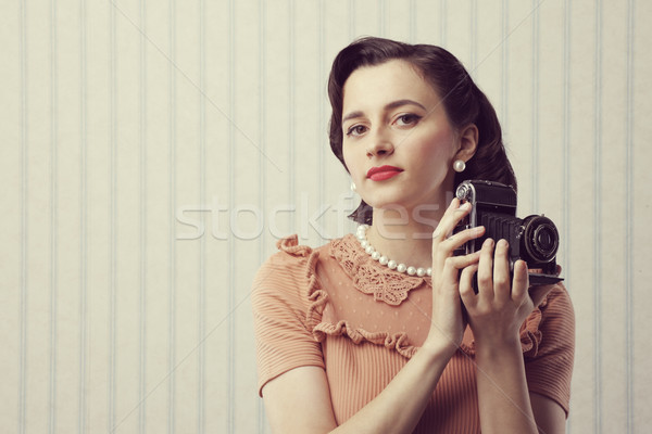 Klasszikus fotós gyönyörű fiatal nő tart öreg Stock fotó © stokkete
