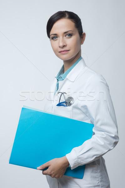 Sonriendo femenino médico archivo jóvenes Foto stock © stokkete