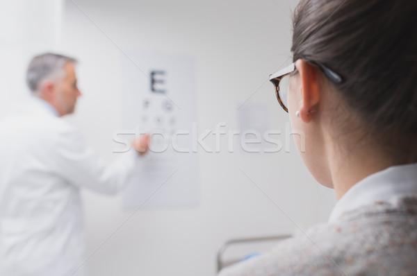 Examen de la vue femme lecture oeil graphique oculiste Photo stock © stokkete