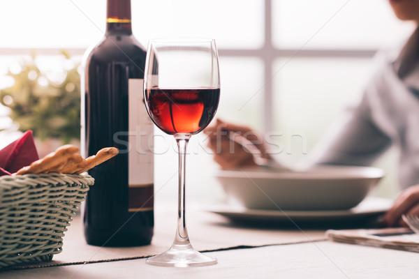 Degustazione di vini ristorante donna pranzo vino rosso Foto d'archivio © stokkete