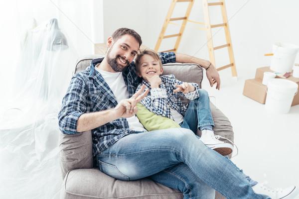 Syn ojca relaks fotel uśmiechnięty domu Zdjęcia stock © stokkete