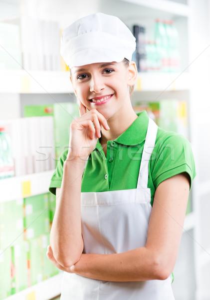 Aantrekkelijk hand kin verkoop supermarkt vrouw Stockfoto © stokkete