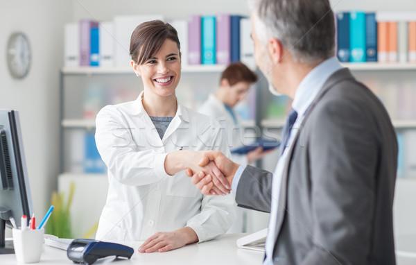 Paciente apretón de manos femenino médico clínica recepción Foto stock © stokkete