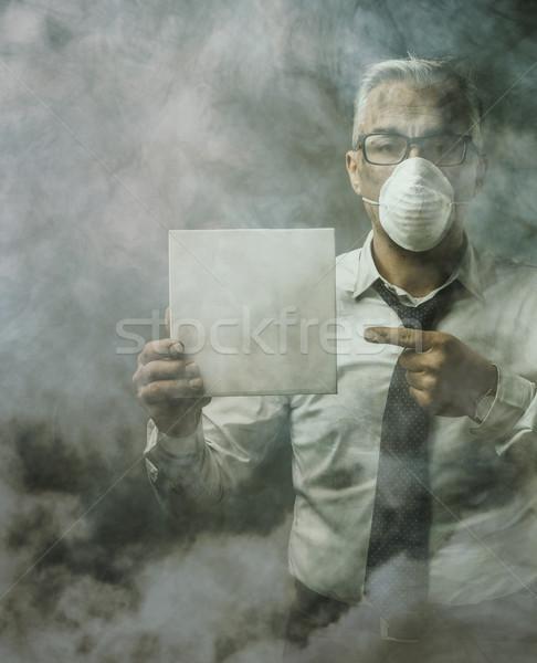 üzletember tart felirat levegő szennyezés visel Stock fotó © stokkete