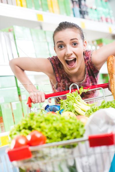 Zdjęcia stock: Pełny · koszyk · supermarket · kobieta · popychanie · żywności