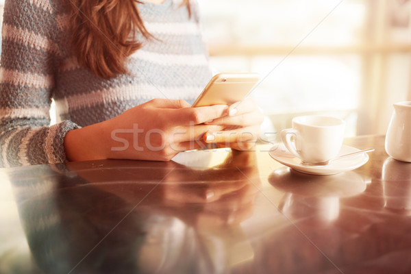 Mulher bar contrariar móvel Foto stock © stokkete