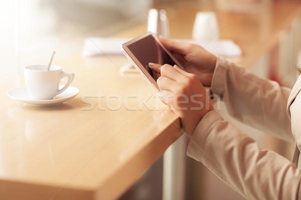 Mulher tela sensível ao toque comprimido mãos tabela Foto stock © stokkete