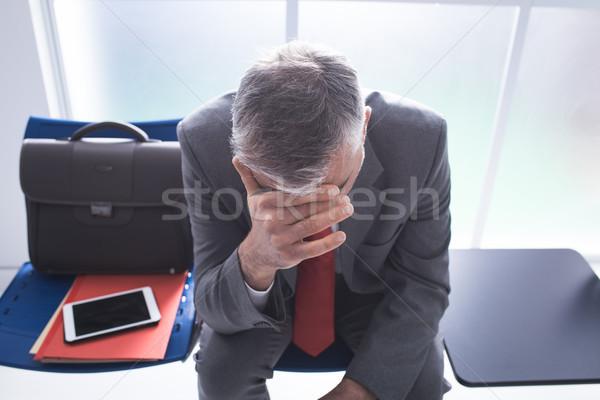 落ち込んで ビジネスマン 待合室 座って 待って ストックフォト © stokkete