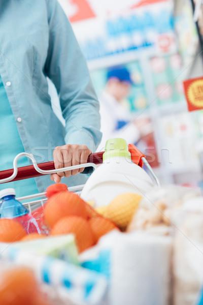 élelmiszer vásárlás nő toló bevásárlókocsi áruház Stock fotó © stokkete