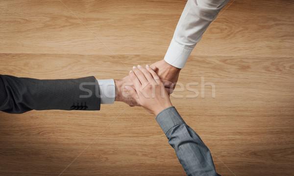 üzletemberek kezek közelkép fából készült asztali felismerhetetlen emberek Stock fotó © stokkete