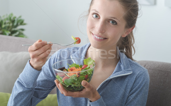 Almuerzo casa jóvenes mujer rubia relajante Foto stock © stokkete