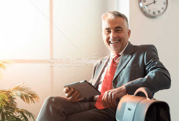 ビジネスマン 待合室 笑みを浮かべて 座って デジタル ストックフォト © stokkete