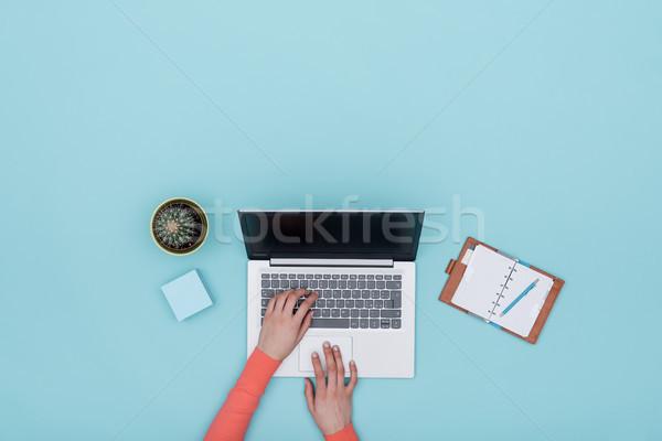 ミニマリスト 水色 作業領域 ノートパソコン 主催者 女性 ストックフォト © stokkete