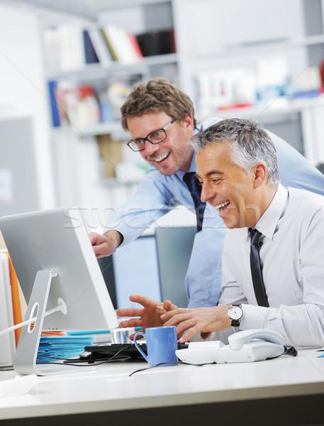 Affaires succès équipe gens d'affaires rire écran Photo stock © stokkete