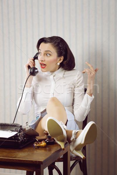 Pettegolezzi news donna d'affari parlando telefono desk Foto d'archivio © stokkete