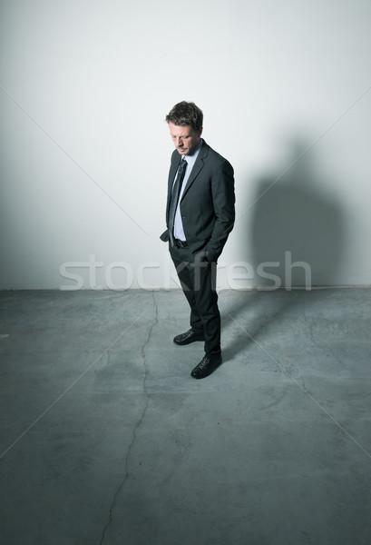 Foto d'archivio: Pensieroso · imprenditore · stanco · piedi · mani · stanza · vuota