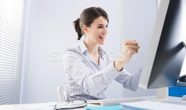 Una buena noticia jóvenes alegre mujer escritorio Foto stock © stokkete