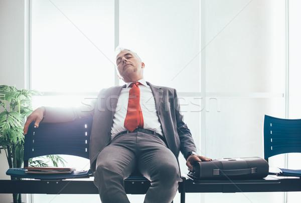Cansado empresario dormir sala de espera espera reunión Foto stock © stokkete