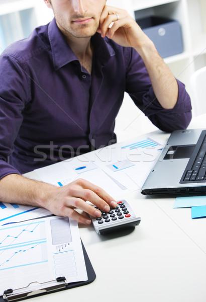 Hombre de negocios financieros datos calculadora hombre escritorio Foto stock © stokkete