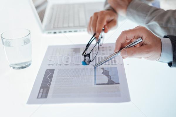 üzleti csapat megvizsgál pénzügyi beszámoló mutat diagram kezek Stock fotó © stokkete
