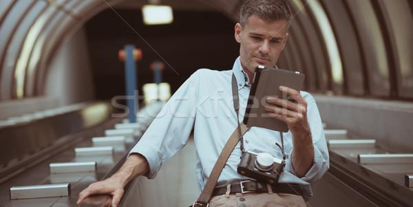 Uomo tablet scala mobile imprenditore mappa Foto d'archivio © stokkete