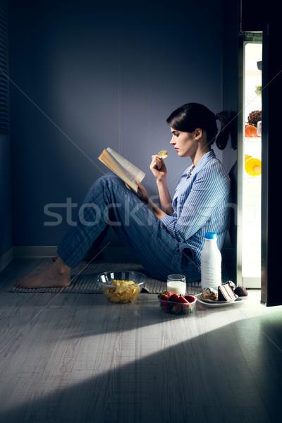 Bezsenny kobieta czytania kuchnia posiedzenia piętrze Zdjęcia stock © stokkete