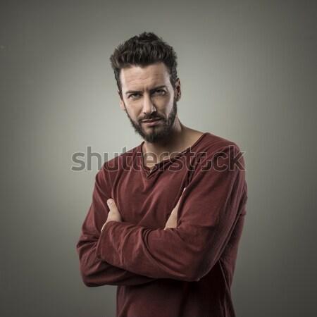 Fiatalember pózol keresztbe tett kar erős hozzáállás divat Stock fotó © stokkete
