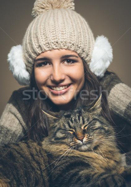 Mujer hermosa gato sombrero oído sonriendo cámara Foto stock © stokkete