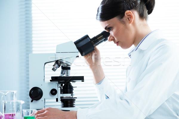微視的 分析 女性 研究者 顕微鏡 ストックフォト © stokkete