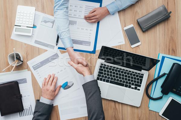 Gens d'affaires serrer la main travail handshake coopération Photo stock © stokkete