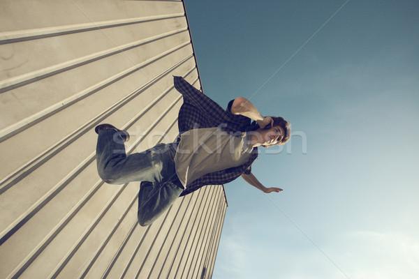 Siralmas elfoglalt fiatalember zuhan épület hív Stock fotó © stokkete