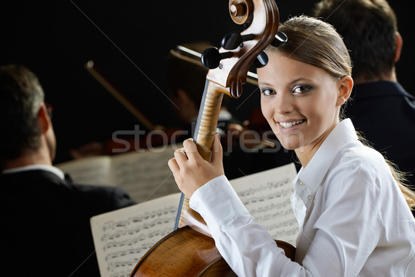 Wiolonczelista koncertu młodych piękna kobieta gry wiolonczela Zdjęcia stock © stokkete