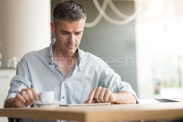 üzletember kávészünet megnyugtató bár digitális tabletta Stock fotó © stokkete