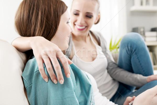 Kızlar sevimli genç gülen kanepe Stok fotoğraf © stokkete