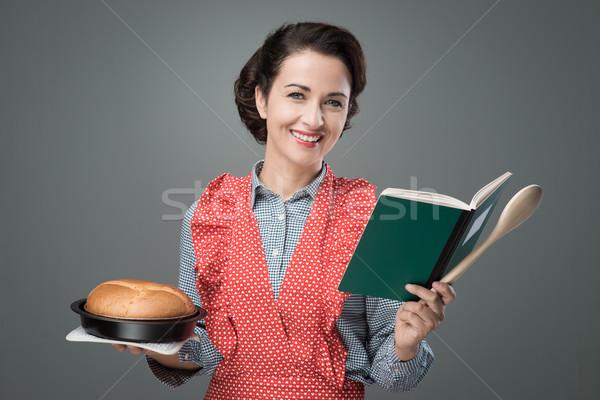 Retro ama de casa libro de cocina sonriendo Foto stock © stokkete