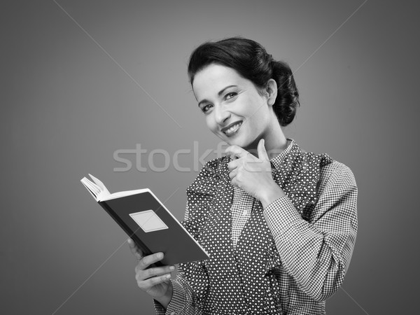 Sorrindo avental livro de receitas sorridente retro mulher Foto stock © stokkete