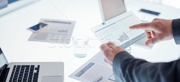 Empresários tela sensível ao toque dispositivo equipe de negócios trabalhando mesa de escritório Foto stock © stokkete