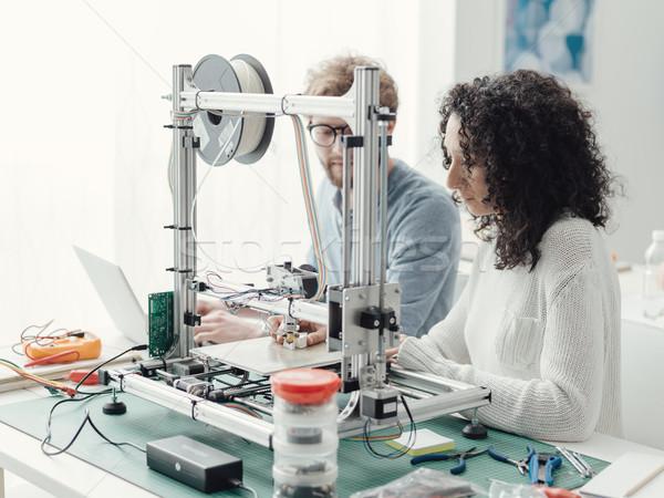 Engenharia estudantes 3D impressora lab usando laptop Foto stock © stokkete