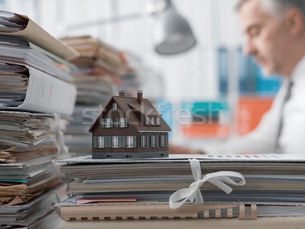 Ingatlan jelzálog papírmunka ingatlanügynök dolgozik iroda Stock fotó © stokkete