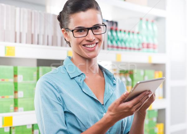 ストックフォト: 品質 · 若い女性 · デジタル · タブレット · スタイラス · スーパーマーケット