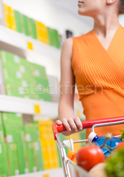 Foto stock: Mulher · escolher · produtos · supermercado · mulher · jovem · olhando