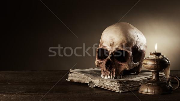 Humaine crâne anciens livre still life bougie Photo stock © stokkete