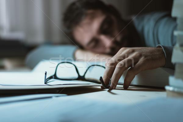 Człowiek snem biurko młody człowiek późno noc Zdjęcia stock © stokkete