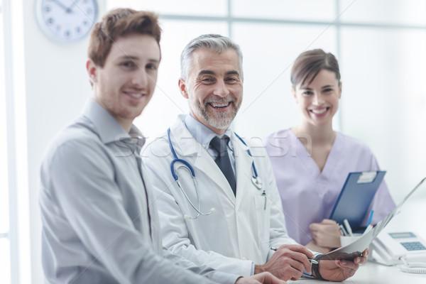 Foto d'archivio: Paziente · medici · personale · medico · assistente · ufficio