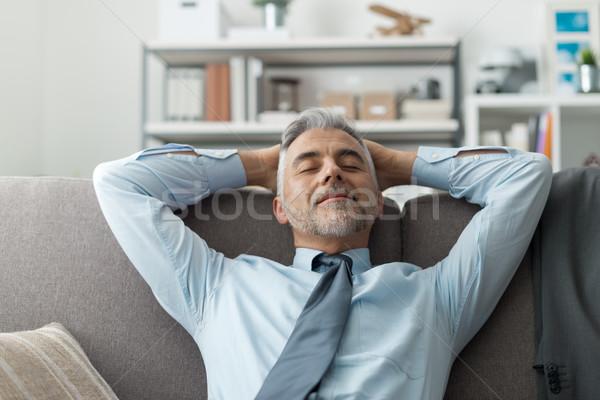 Stock fotó: üzletember · pihen · kanapé · otthon · megnyugtató · kezek