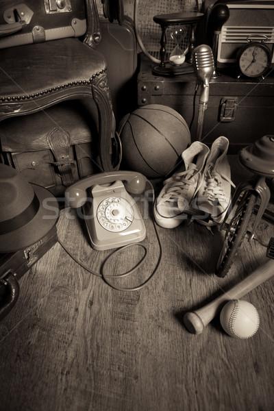 Padlás klasszikus csoport keményfa padló régi tapéta szék Stock fotó © stokkete