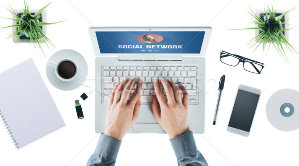 Red social usuario interfaz portátil mujer escribiendo Foto stock © stokkete