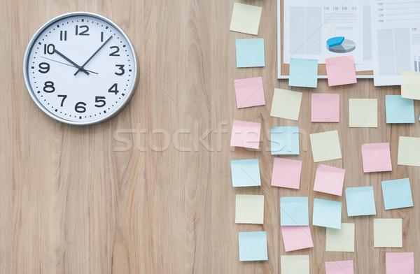 Vara notas escritório parede parcialmente coberto Foto stock © stokkete