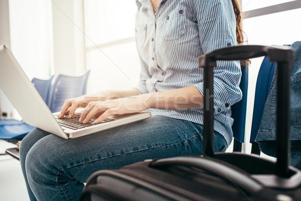 Mujer sala de espera usando la computadora portátil aeropuerto Foto stock © stokkete