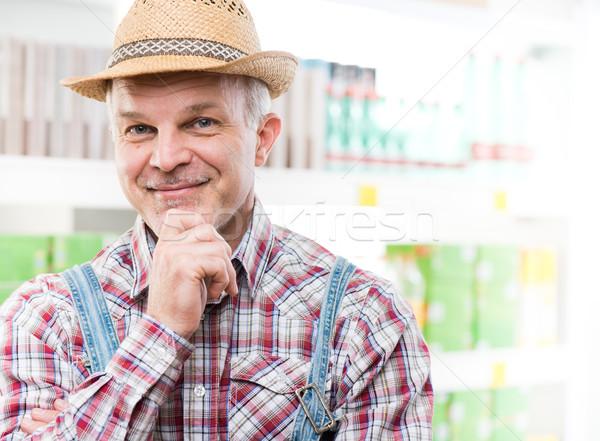 Agricultor supermercado mano barbilla sonriendo cámara Foto stock © stokkete